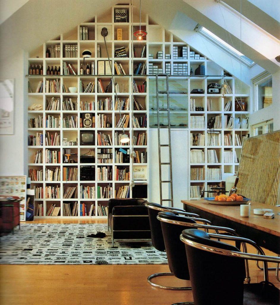 книги на мансарде