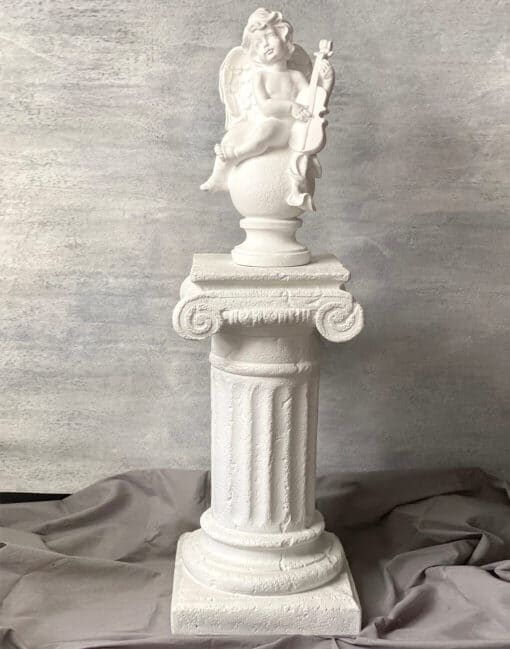 колонна с ангелом в интерьере
