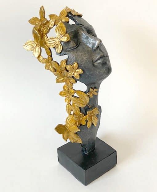 скульптура девушка с бабочками
